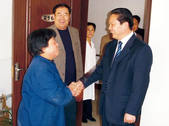 龙口市副市长张学林到意丰养老康复中心慰问老人